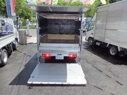 荷台の詳細と致しまして、最大積載量2,000kg、荷台内寸は、長さ:208cm 幅:163cm となっております。また、荷台の地上高は41cmです。なお荷台は木製張りとなります。