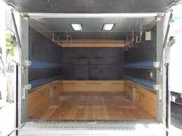 荷台後ろ開口部の詳細と致しまして、幅:163cm 高さ:122cmとなっております。ボディは日本フルハーフ製です!箱内には2段ラッシングベルトや室内灯・棚フックもついております!!