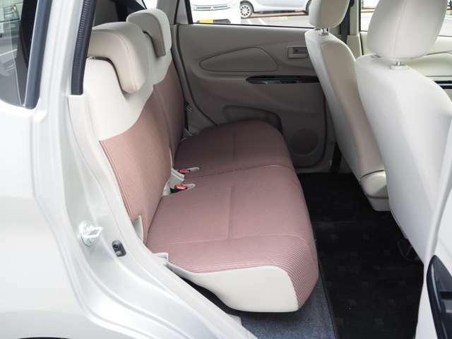 後席シートも座面が広く、足元も広々です♪