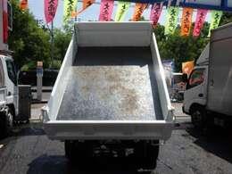 荷台の詳細と致しまして、最大積載量2000kg、荷台内寸は、長さ:240m 幅:160cm あおり部高さ:34cmとなっております。また、荷台の地上高は82cmです。なお荷台は鉄板張りです!
