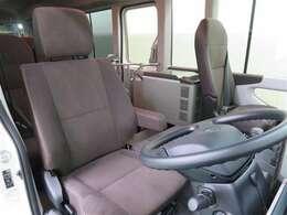 運転席シートはスライド&リクライニングが可能で、自由にポジション調整できます。