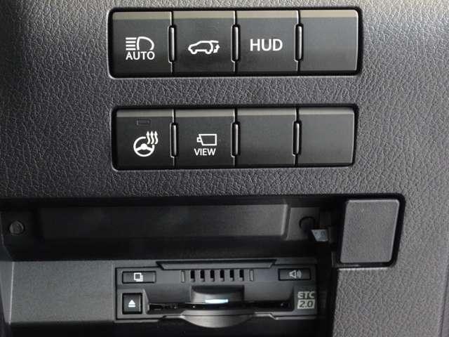 ヘッドアップディスプレイを中心とした先進的な機能性を象徴するように、メーターフードからセンタークラスターへと縦に流れる滑らかな造形が運転席をコックピットとして分離。