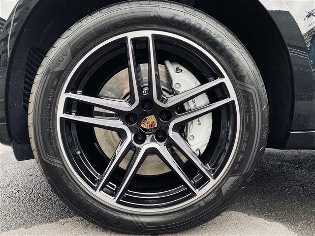 オプションの20インチMacanTurboブラック(ハイグロス)ホイールはタイヤも9分残っており当面の間安心して走行可能です。 当店では輸入車・国産車問わず下取り・買取査定も承ります。