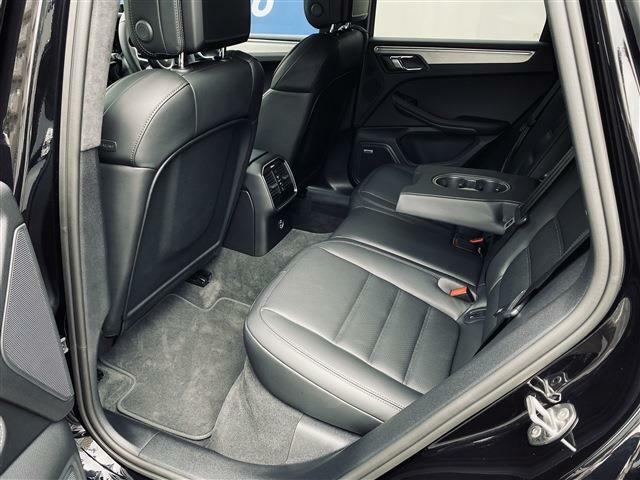 後部席の使用感も殆ど無く、ファミリーユースで見かける前席背面の汚れや傷も殆ど有りません。またアームレスト兼用のカップホルダーや後席独立エアコンなど充実の装備がございます。