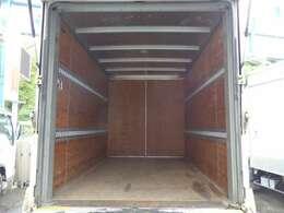 荷台の詳細と致しまして、最大積載量2,000kg、荷台後ろ開口部の詳細と致しまして、幅:166cm 高さ:180cmとなっております。また、荷台の地上高は83cmです。なお、ボディはトヨタ車体製です!