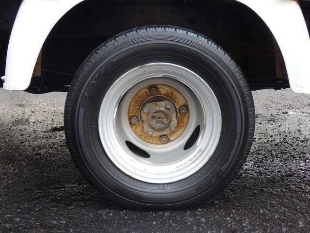 リアタイヤサイズにつきましては、145R12 6PRと、なります。Wタイヤのフラットローとなります。
