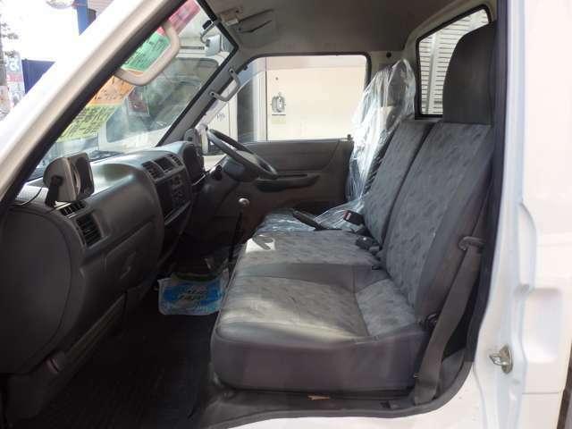 とても綺麗な内装です。弊社にて各車種小型トラック用のシートカバーも取扱いしておりますので、お気軽にご相談ください。