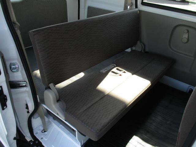 後席は折りたたむことができます。