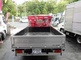 荷台の詳細と致しまして、最大積載量2,000kg、荷台内寸は、長さ:274cm 幅:180cm あおり部高さ:40cmとなっております。また、荷台の地上高は72cmです。なお荷台は鉄板張りです