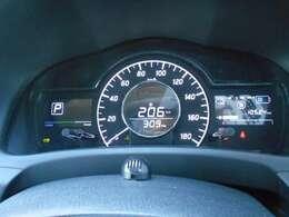 メーター内にて航続可能距離や平均燃費などを表示してくれますので給油の目安に非常に便利ですよ。