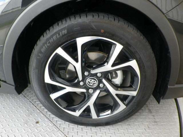 純正18インチアルミ!タイヤサイズは225/50R18です!