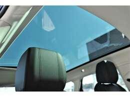 解放感に溢れるパノラミックルーフ(メーカーオプション209,000円)付きでドライブをより楽しく盛り上げます!中心を遮るバーがなく、後席からの景色は病みつきになります!