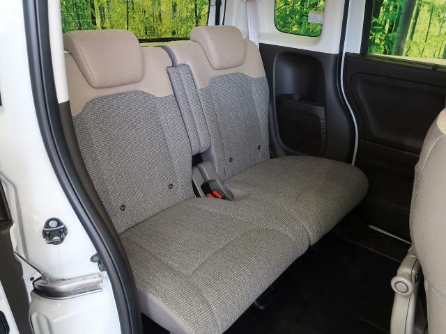 後席シートも広々快適!大人が乗ってもゆったりと寛げます♪