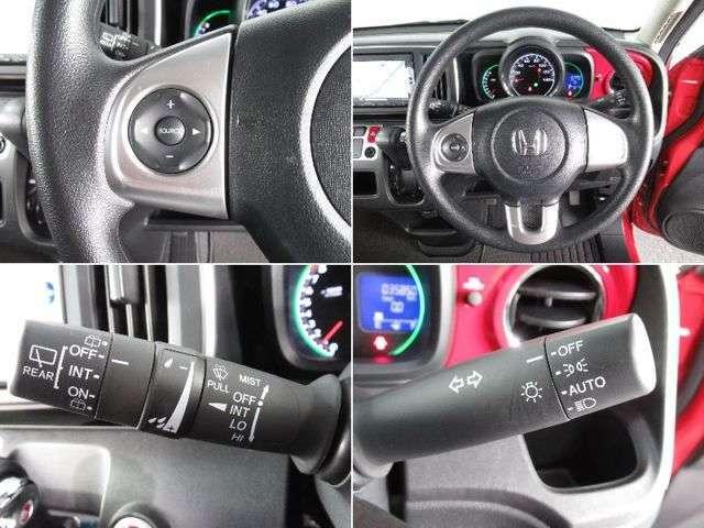 ステアリングの左側には、オーディオの操作ができるスイッチ。手元で操作ができるので、安全に運転できます!