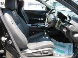 専用インテリア&専用ブラック本革シート付♪ 運転席パワーシート機能付きで、ポジション調節も簡単になります♪