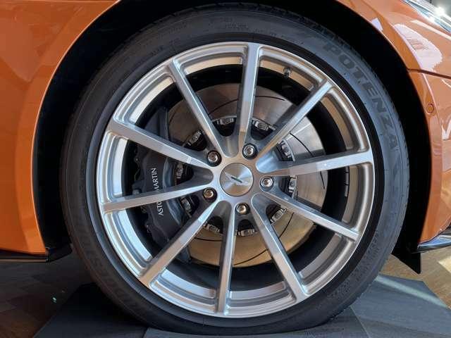 タイヤはブリヂストン ポテンザS007を装備しております。10スポークホイールが足元を引き締めます。