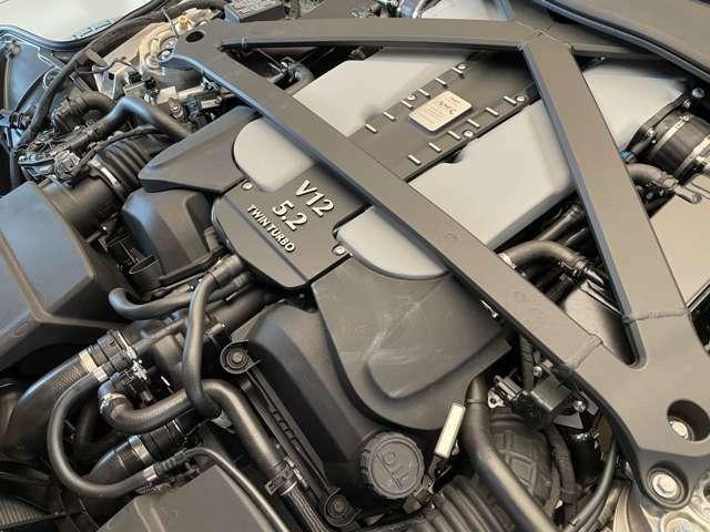 5.2L V12 ツインターボエンジンでございます。最大出力:470kW(639PS)/6500rpm、最大トルク:700Nm/1500rpm、加速:0-100km/h 3.7秒 (カタログ値)