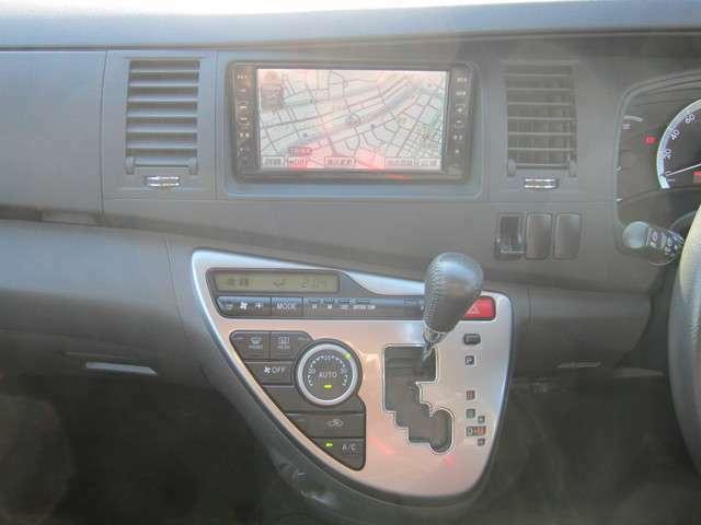 使いやすいインパネデザイン!純正HDDナビ装備♪ワンセグTV!DVD再生OK!エアコンは便利なオートエアコンになっています!