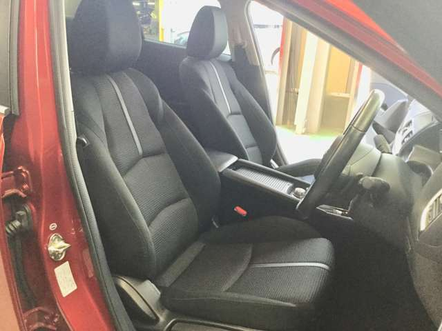 フロントシートは、ゆったり座れるサイズにしたうえ、シートバックと座面に振動吸収ウレタンを採用しました。