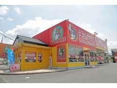 チャンス佐倉店は大きな赤い看板に犬のマークが目印です。ベイシア佐倉店さんの前に店舗を構えております。