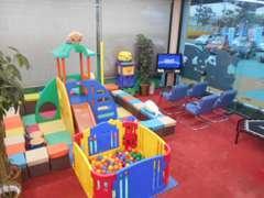 キッズスペースには、すべり台やボールプール、DVDプレイヤーなどを備えていますのでお子様も大満足♪