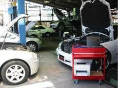 大型自社民間車検工場を完備しており、当店で購入されたお車の車検、整備、点検等お任せ下さい。