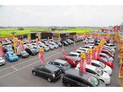 広い敷地に盛りだくさんの車がぎっしり並んでおり軽からコンパクトカー、ミニバン、1BOXまで充実しております。