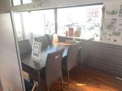 商談スペースは、半個室で、周りを気にすることなく、お客様のご納得がいくまでお話ができます!