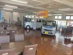 広々としたお客様スペース!!展示してある車もごゆっくりご覧いただけます!広いキッズスペースのご用意もございます!