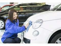 御客様にご提供させていただく商品のご納車は細かい仕上を洗車仕上の専任またはお取引先様のプロと連携して仕上もします。