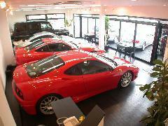 明るく開放的な店内にも販売車両を展示しております。