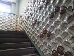 益子焼のお皿が壁いっぱいに!!どこにあるか探してみて下さい!色々なこだわりの詰まった不思議なお店です。