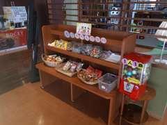 キッズコーナーや昔懐かし駄菓子コーナーもございます。お子様とご一緒に是非ご来店ください!!