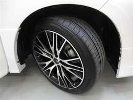 スポーティーなアルミホイール&タイヤの溝もあります!