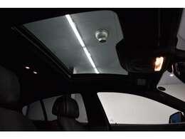 純正オプション!! 開放感溢れるガラスサンルーフ!室内が明るくなり、開放感がアップします。