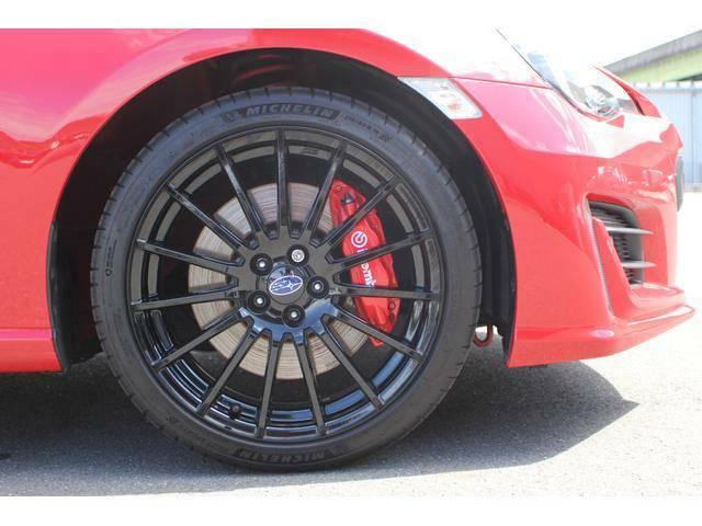 【タイヤ&ホイール】純正18インチアルミホイールを設定、タイヤサイズは215/40R18を設定しております。ホイールの奥のブレンボの赤いキャリパーが確かなストッピングパワーを生み出します!