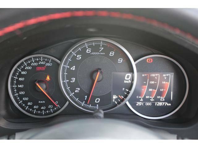 【メーター周り】タコメーターがセンター、260km/hスケールのスピードメーターがスポーティなメーター周り、REVインジケーター付き!