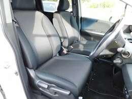 フロントシートの画像です。シートの高さ調整付で、お好みのボジションでお乗りいただけます。