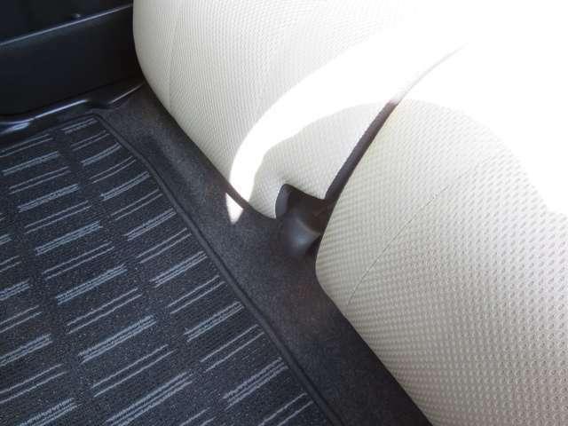 床を低く設定することで足元にゆとりを持たせるとともにロングスライド機構を採用!広い前後、乗員間距離とあわせ、ゆったりと座れます!
