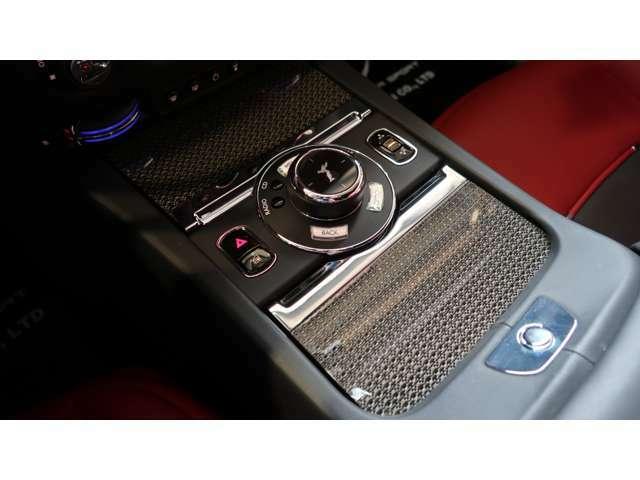まず、エクステリアは、【ブラックバッジ】シリーズでは珍しいホワイトカラーで、21インチ・カーボンアロイ・コンポジットホイールが装備。