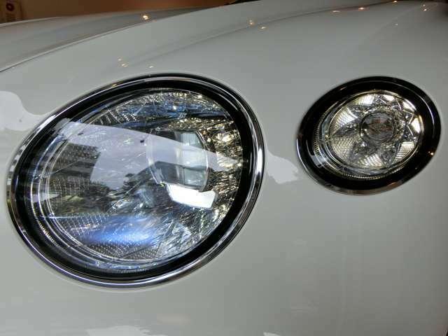 クリスタルガラスに発想を得たヘッドライトは光を複雑に反射し、まるでジュエリーのような輝きを放ちます。