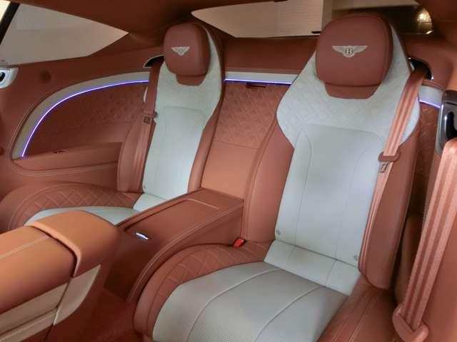後席も全く使用感なく、きれいな状態です。スルーローディング仕様になっているため後席の真ん中を通す形で長物の積み込みも可能です!