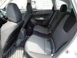 後部座席も程よい空間!長距離にも適したシートです!