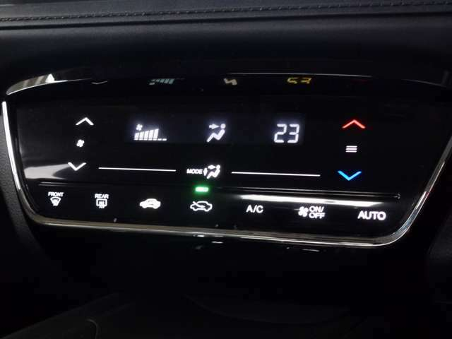 好みの温度を設定するだけで、エアコンの風量やモード切替を自動でコントロールしてくれる、かんたん操作のフルオートエアコンです。煩わしいボタン操作が不要で運転に集中できるので、安全快適な運転をして頂けます