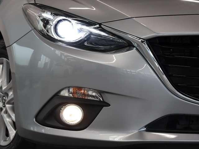 ディスチャージヘッドライトが装着されております。より遠く、より広く、より明るく照らしてくれます。その為、夜間の走行も運転もしやすく見やすいです。