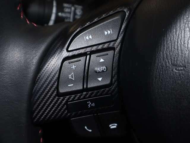 ハンドルには、オーディオをコントロールできるスイッチが付いております。運転中でもハンドルから手を離すことなくオーディオ操作が可能です。安全運転にも役立ちます。
