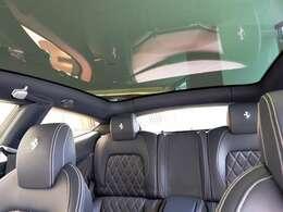 パノラミックルーフはドライブに爽快感をもたらします。
