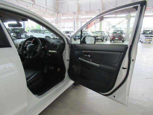 フロント運転席側ドア開放状態です。乗り降りをスムーズにするため、大きく開くようになっています。