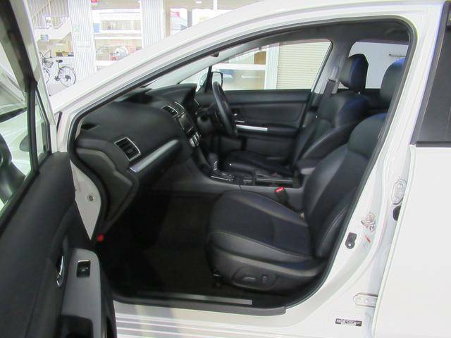 フロントシートは左右電動シートを採用。最適なドライバーポジションで安全なドライブをサポートします。