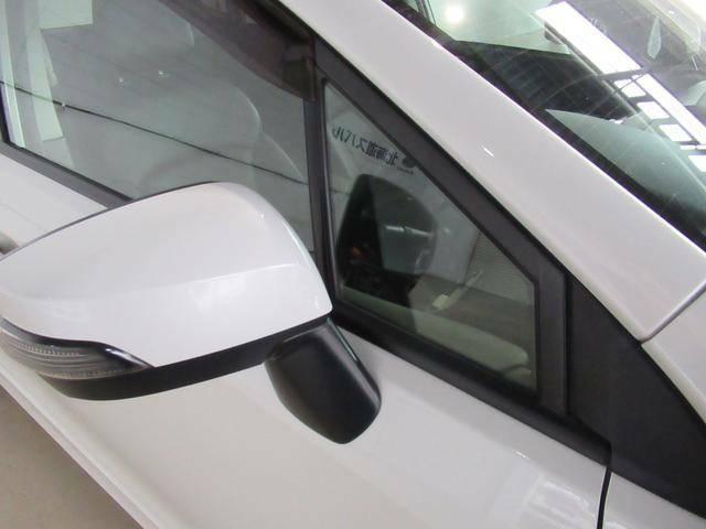 右左折時やコーナリング時に、視界の妨げにならないよう、ピーラー形状やサイドミラーの位置を最適化するとともに三角窓を設け、視界を拡大しています。
